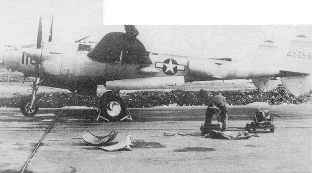 Командир 343-й истребительной группы и его P-38L, Шемия, Аляска, 1945 г. Цвета четырех эскадрилий группы (голубой, белый, красный и желтый) обозначены полосками в носовой части фюзеляжа, на законцовках вертикального оперения и па дисках колес основных опор шасси.