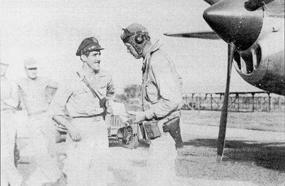 Майор Томас МакГуайр обсуждает полет с гражданским специалистом из Юнайтед Эйркрафт Чарлзом Линдбергом. Тем самым Линдбергом, который первым в одиночку пересек Атлантику на самолете. Линдберг обучал пилотов 475-й истребительной авиагруппы искусству длительных полетов на экономичных режимах. Линдберг выполнил несколько боевых вылетов, сбив по меньшей мере один самолет противника.
