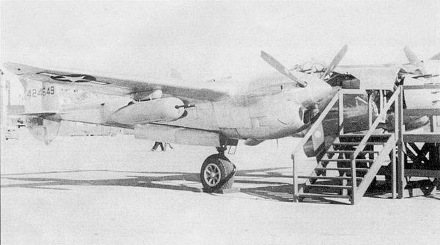Различные варианты вооружения «Лайтнингов» отрабатывались на протяжении всей войны. В данном случае в носовой части фюзеляжа поставлено восемь пулеметов, четыре пулемета смонтированы в двух подкрыльевых контейнерах, по одному контейнеру под каждой плоскостью.