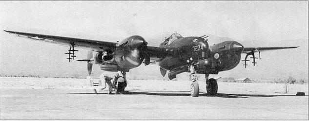 Летчик-испытатель Мило Бархэм готовится выруливать на старт на серийном Р-38М «Лайт Латнинг». Все Р-38М были переделаны из P-38L на заводе в Далласе, сохранив все особенности «Лайтнингов» версии L, включая пилоны для подвески ракет HVAR.
