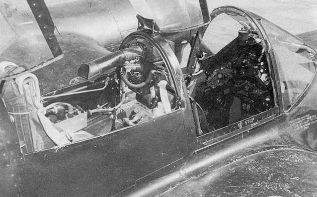 В задней кабине Р-38М был установлен экран РЛС. Экран РЛС снабжен длинным резиновым тубусом для исключения «зайчиков» от солнца. Передняя кабина – такая же как на P-38L.