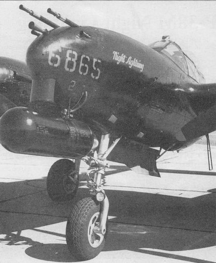 «Night Lightning» – Р-38М на заводском аэродроме в Далласе. Под фюзеляжем на модернизированном пилоне для топливного бака подвешен контейнер с РЛС AN/APS-4. Стволы пулеметов и пушки снабжены пламегасителями.