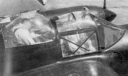 Фонари P-38JV1 закрыты, можно оценить тесноту задней кабины – репа джентльмена упирается в остекление фонаря. Все Р-38М окрашивались на заводе в Далласе в глянцевый черный цвет, номера наносились красной краской.