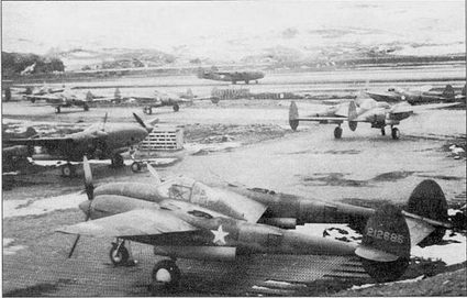 Пара разведчиков F-5A-1, аэродром Мэрстоун, о. Адьяк, лето 1942 г. На заднем плане – истребители Р-38. Фирма Локхид переделала двадцать истребителей P-38G в фототразведчики F-5A-1.