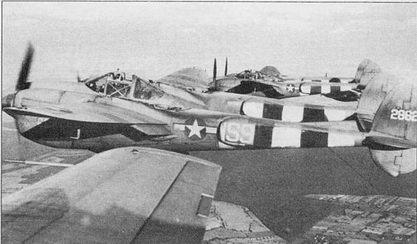 Звено F-5E-2 из 34-й фототразведывательной эскадрильи 10-й фоторазведывательной авиагруппы над Европой, лето 1944 г. Полосы вторжения на верхних поверхностях крыла и хвостовых балок закрашены краской PR U Blue. Последние три цифры серийного номера (43-28624) продублированы на капотах двигателей.