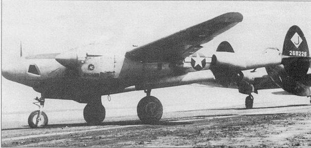 «JUNIOR» – F-5E-2. Разведчик выруливает на старт, Йонтан, Окинава, июль 1945 г. Следом за «Лайтнингом» рулит транспортный самолет С-46. Вертикальное оперение разведчика окрашено в черный цвет, на килях и рулях направления нанесена символика 28-й фоторазведывательной эскадрильи. Фирма Локхид изготовила 100 разведчиков F-5E-2 на основе P-38J.