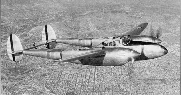 Летчик-испытатель фирмы Локхид Мило Бархэм в полете на YP-38 (39-689) над Лос-Анжелосом. Видны весовые балансиры руля высоты. Полностью открыта выпускная створка воздуховода маслорадиатора.