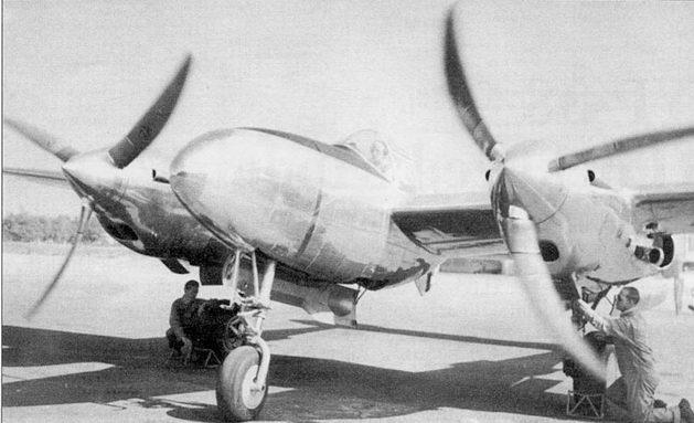 В кабине YP-38 летчик-испытатель фирмы Локхид Маршалл Хидл, заводской аэродром фирмы Локхид, сентябрь 1940 г. Винты вращаются в противоположных направлениях, в сторону законцовок крыла.