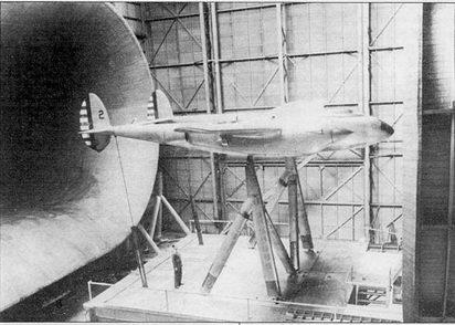 Второй YP-38 в натурной аэродинамической трубе NACA, Лэнгли-Филд, шт. Вирджиния. Продувки помогли установить причину бафтинга хвостового оперения. С самолета сняты воздушные винты, отверстия под винты заделаны.