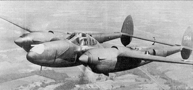 Первый серийный P-38-LO (40-744) в испытательном полете над Калифорнией, середина 1941 г. Внешне, за исключением установки вооружения и более «полных» коков винтов, P-38-LO был идентичен YP- 38. Верх самолета окрашен в грязпо-оливковый цвет, низ – нейтрально серый.