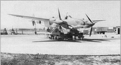 Устранение девиации на самолете Р-322 «Лайтнинг», заводской аэродром фирмы Локхид, Бербэнк, штат Калифорния. RAF отказались от «Лайтнингов», после чего самолеты поступили на вооружение USAAF, но данное англичанами наименование «Лайтнинг» прочно закрепилось за самолетом.