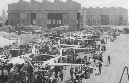 Истребители «Лайтнинг» в процессе окончательной сборки, на заднем плане видны бомбардировщики «Хадсон». Прекрасная погода Южной Калифорния позволяла вести сборку на открытом воздухе.