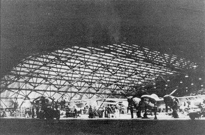 Техническое обслуживание Р-322 из USAAF в ангаре авиабазы Уильямс-Филд, конец 1942 г. Р-322 использовались в качестве учебных машин, на них также возлагались задачи обеспечения ПВО Западного побережья США.