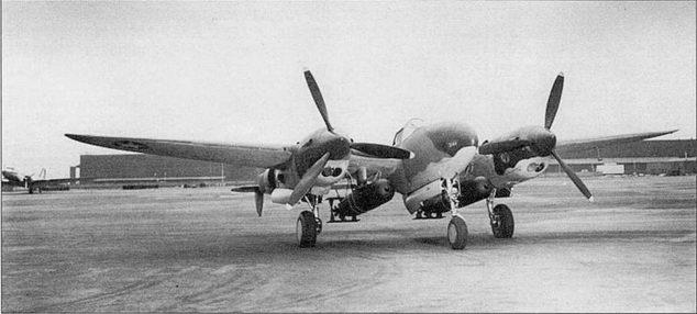 Первый «Лайтнинг II», AF221 (43-2035). Демонстрация возможности нести солидную нагрузку на внешней подвеске. На пилонах закреплены две 2000-фунтовые торпеды. В испытательных полетих торпеды жестко крепились к пилонам стальными тросами.