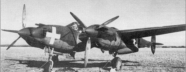 Этот P-38D из 1st PG пи учениях в Луизиане конца 1941 г. действовал па стороне «белых». P-38D стал первым действительно боевым «Лайтнингом». На самолете установлены необычные остроконечные коки винтов.