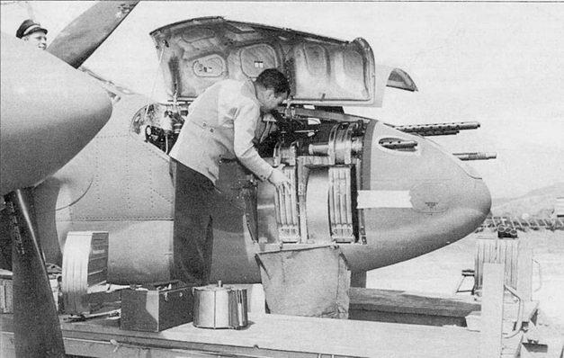 Техник фирмы Локхид проверяет вооружение. Ни Р-38Е боекомплект к крупнокалиберным пулеметам был увеличен с 200 до 500 патронов, боекомплект к 20-мм пушке Ml составлял 150 снарядов.
