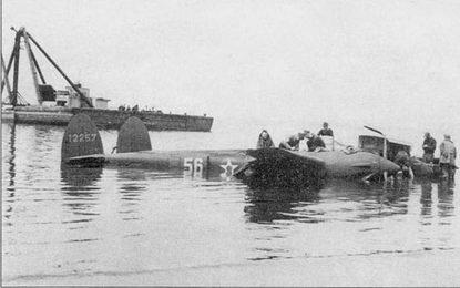 Р-38Е из 14-й истребительной авиагруппы после вынужденной посадки па воду, Северная Калифорния, начало 1942 г. Красные круги внутри звезд белого цвета позже были закрашены во избежание путаницы с японскими хиномару. 14-я авиагруппа базировалась в Хамильтон-Филд.