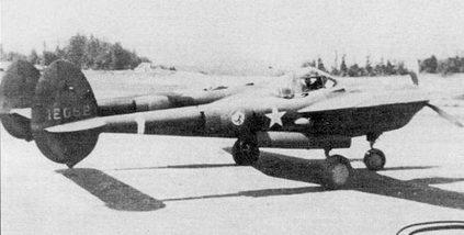 Р-38Е из 54-й истребительной эскадрильи, Ванкувер, Британская Колумбия. Снимок сделан летом 1942 г. во время перелета на Аляску. Истребители P-38D и Р-38Е из 54- й эскадрильи стали первыми «Лайтнингами», принявшими участие в боевых действиях. Белая полоса вокруг хвостовой балки обозначает самолет командира звена.