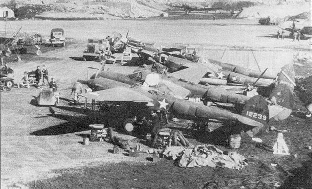 Р-38Е из 54-й истребительной эскадрильи, Лонгвыо, остров Адьяк, Алеуты. Боевое крещения «Лайтнинги» приняли в ходе кампании по изгнанию японских оккупантов с Алеутских островов. Первая победа в воздушном бою одержана на «Лайтнинге» 4 августа 1942 г. Красные круги на белых звездах закрашены.