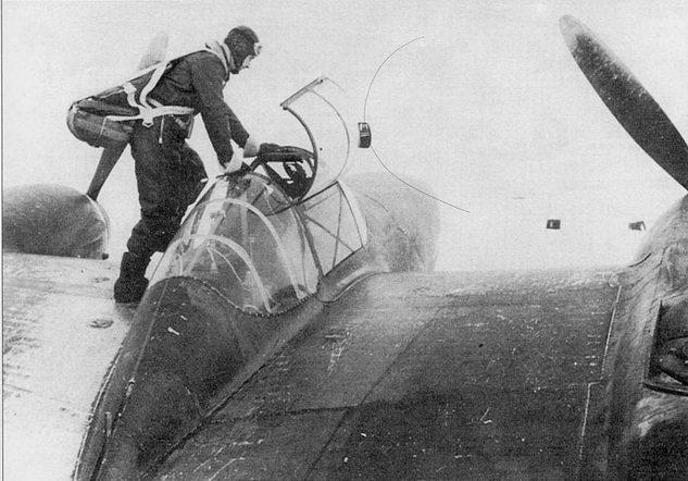 Лейтенант Стэн Лонг занимает место в кабине Р-38Е из 54-й эскадрильи, аэродром Лонгвью, Адьяк. Лейтенант Лонг одержал первую а истории победу па «Лайтнинге». 4 августа 1942 г. Лонг сбил японский четырехмоторный патрульный гидроплан- бомбардировщик. Хорошо видно насколько узким был фонарь «Лайтнинга», летчик мог с трудом покинуть кабину с парашютом.