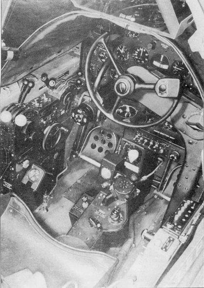 Кабина Р-38Е окрашивалась в цвет AAF Interior Green (FS 34151), приборная доска – черная. Вместо традиционной для истребителей ручки управления в кабине «Лайтнинга» был установлен штурвал.