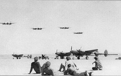 Звено Р-38F из 20-й истребительной авиагруппы в полете на малой высоте над ВПП аэродрома Марч-Филд. Самолеты вернулись из тренировочного полета над Тихом океаном. Авиагруппа занималась подготовкой летчиков, по на нее также возлагались задачи ПВО Южной Калифорнии.