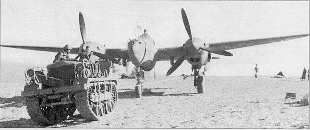 Трактор вытаскивает на старт P-38F из 1-й истребительной авиагруппы, Йокс-ле- Бэйнс, Северная Африка, декабрь 1942 г. Многие P-38F раннего выпуска сохранили старые фонари с откидывающейся вбок средней частью.