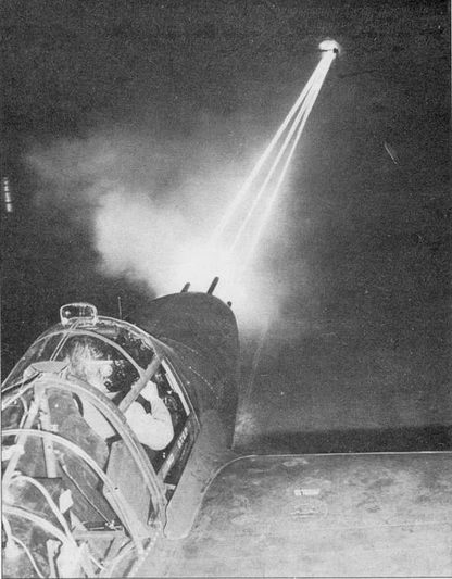 Ночные наземные стрельбы из четырех <a href='https://arsenal-info.ru/b/book/3005399322/84' target='_self'>крупнокалиберных пулеметов</a> «Лайтнинга». На снимке – P-38F позднего выпуска: средняя часть фонаря откидывается вверх назад.