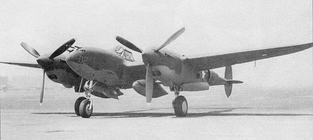 На P-38F ставились двигатели Аллисон V-1710- 49/53 мощностью 1225 л.с. Под крылом самолета подвешены 165-галлонные топливные баки. Вместо баков возможна подвеска авиабомб массой до 1000 фунтов.