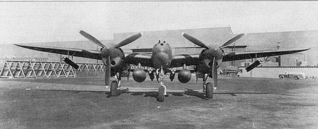 P-38F на заводском аэродроме фирмы Локхид. Под крылом висят <a href='https://med-tutorial.ru/m-lib/b/book/3239510375/19' target='_blank' rel='external'>экспериментальные</a> топливные баки емкостью по 300 галлонов и связки базук калибра 4,5 дюйма. Такой вариант внешней подвески успешно прошел испытания, но на практике под внешними частями крыла базуки не подвешивались.