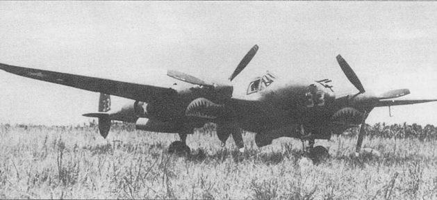 «Japanese Sandman II» – P-38F Ричарда Смита из 39-й истребительной эскадрильи 35-й истребительной авиагруппы, Хендерсон- Филд, Гуадалканал. За период службы в 39-й эскадрилье Смит сбил семь самолетов противника. Акульи пасти нарисованы красной и белой красками, номера белого цвета (номера самолетов 39st FS – от 10 до 39), коки винтов голубые.