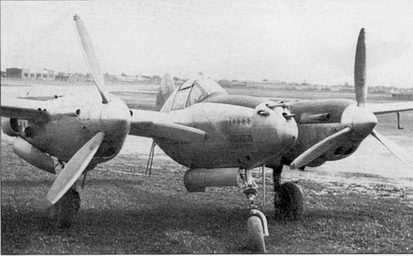 Редкий неокрашенный P-38F-I5 (бывший «Лайтнинг II»). На фюзеляже нанесены отметки и четырех сбитых германских аэропланах и одном итальянском, а также отметки об 11 боевых вылетах на бомбометание. Подразделения и летчик, летавший на данном летательном аппарате не установлены.