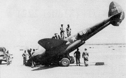 Поломка стойки носовой опоры шасси – частое явление на истребителях Р-38. Снимок самолета P-38G из 82-й истребительной группы с подломанной носовой стойкой сделан в Алжире на аэродроме Пилиргма.