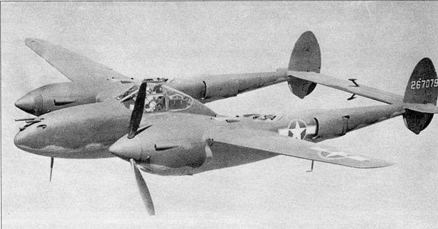 Летчик-испытатель фирмы Локхид Джимми Маттерн в полете на новом Р- 38Н, левый винт зафлюгирован.