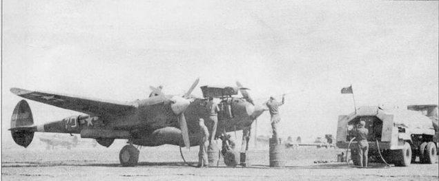 Снаряжение боекомплекта и чистки стволов пулеметов Р-38Н из 71-й истребительной эскадрильи 1-й истребительной авиагруппы, Винченцо, Италия, начало 1944 г. Коки винтов, полосы вокруг хвостовых балок, бортовые номера, законцовки крыла – белые.