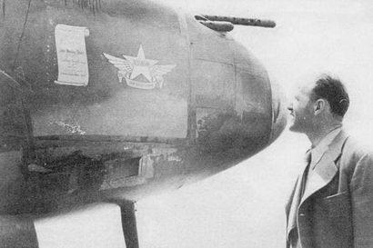 Некоторые «Лайтнинги» получили имена погибших на войне работников фирмы Локхид. Этот самолет назван в честь Джона Весли Стара, работавшего па фирме Локхид с июля 1940 г. по марта 1942 г.