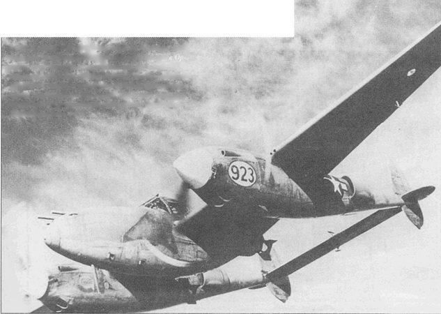 Р-38Н с парой 500-фунтовых бомб на внешней подвеске под центропланом. Самолет базировался в Орландо, шт. Флорида, и использовался для отработки тактики действий «Лайтнингов». После усиления прочности крыла и установки более мощных( двигателей «Лайтнинг» мог нести бомбовую нагрузку, такую же как знаменитая «Летающая Крепость» – B-17.овщик В-17.