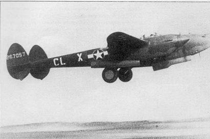 Р-38Н из 338-й эскадрильи 55-й истребительной авиагруппы взлетает с базы Нотампстед, Англия, 1943 г. «Лайтнинг» стал первым американским истребителем с носовой опорой шасси.