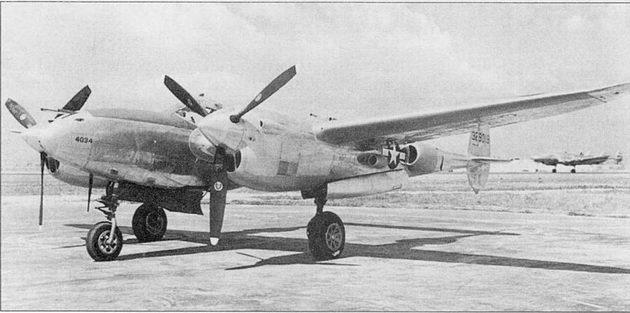 Новый P-3SJ-10 на заводском аэродроме фирмы Локхид в Бербэнке, Калифорния, 1944 г. На P-3SJ-10 впервые появилось плоское бронестекло фонаря кабины. Обтекатели радиаторов на хвостовых балках сделаны больше по размерам, но более аэродинамически обтекаемые. Ни заднем плане – рулит Локхид 049 «Констеллейшн» авиакомпании TWA.