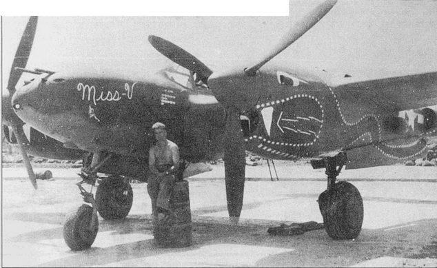 «Miss V» – Р-38J майора Вальтера Дакка из 459-й эскадрильи 80-й истребительной авиагруппы, Индия. Майор Дак сбил десять самолетов противника, прежде чем сам погиб в бою 6 июня 1944 г. Дракон нарисован зеленой краской и обведен желтой каймой, пасть – ярко-красная, язык – ярко-зеленый.