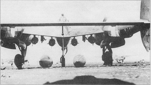 «Лайтнинг» из 82-й истребительной авиагруппы, Италия. Под центропланом подвешены четыре 500-фунтовые бомбы, на грунте лежат два 165-галлонных топливных бака. Пилоны па этом самолете являются полевой доработкой, так в заводских условиях па Р-38 монтировалось по одному пилоны с каждого борта под центропланом.