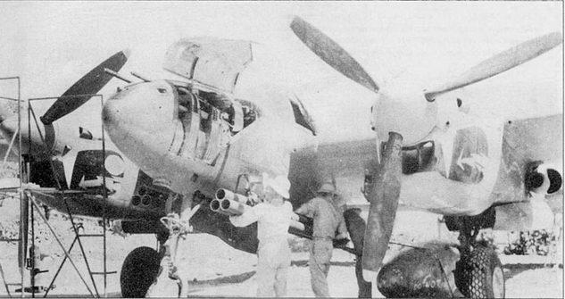 Подвески 4,5-дюймовых базук на подфюзеляжный пилон P-38J из 459-й эскадрильи SO-й истребительной авиагруппы, Индия. «Драконы» из 459-й эскадрильи участвовали не только а воздушных боях с японскими самолетами, но и наносили удары но наземным цепям в Бирме и Китае.