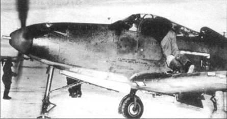 Механик помогает летчику запустить двигатель P-39L в суровый морозный день. Обратите внимание на вентиляционные отверстия в носу фюзеляжа, ставшие стандартным для всех более поздних модификаций «Кобры».