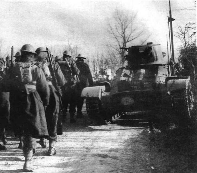 """""""Матильды"""" 1-й армейской танковой бригады прикрывают отход английской пехоты к Дюнкерку. Конец мая 1940 года"""