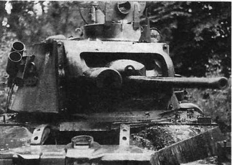 """Matilda II, подбитая у Арраса. Слева от пушки — массивный броневой кожух пулемета """"Виккерс"""""""