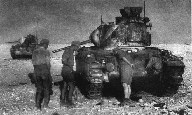 """Немецкие пехотинцы осматривают """"Матильды"""" подбитые у прохода Хальфейа. Июнь 1941 года"""
