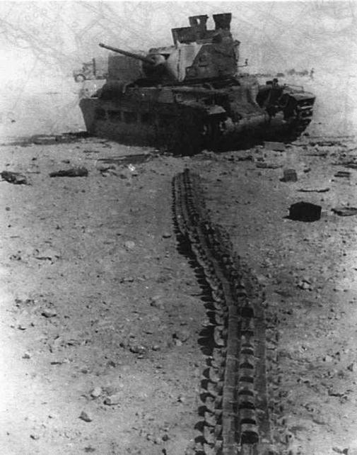 """После того как у этой """"Матильды"""" перебило и размотало гусеницу, она превратилась в неподвижную мишень. В таких случаях экипажу предписывалось немедленно покинуть танк"""