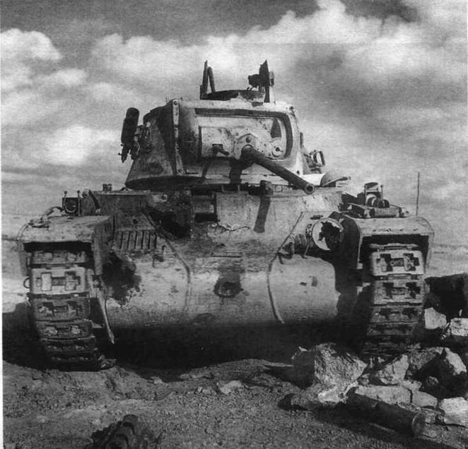 """""""Матильда"""", ставшая жертвой огня 88-мм немецких зенитных пушек. Лобовая броня пробита в нескольких местах. Район Тобрука, декабрь 1941 года"""
