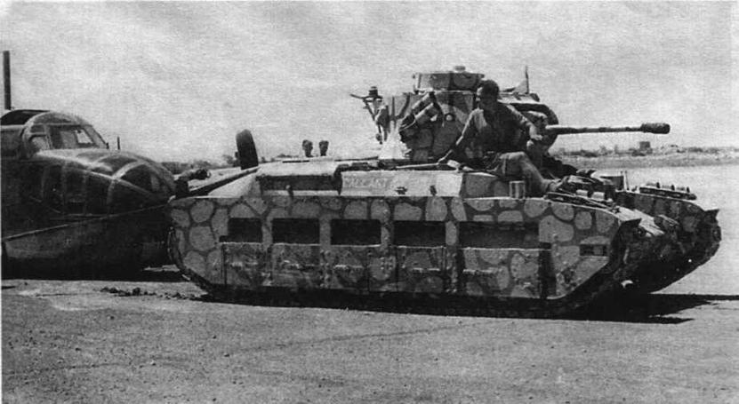 """""""Матильда"""" буксирует поврежденный бомбардировщик Bristol Beaufort. В такой своеобразный камуфляж были выкрашены танки, несшие службу на Мальте. 1941 год"""