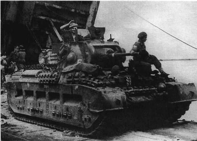 """Высадка на о. Таракан. """"Матильда"""" 2/9-го австралийского танкового пачка покидает десантный корабль ВМС США. 1 мая 1945 года"""